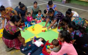 Madres guía replican temas de primera infancia y estimulación oportuna en San Andrés Semetabaj, Sololá