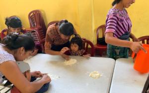 Madres guía replican temas de primera infancia y estimulación oportuna en Santa Cruz La Laguna, Sololá