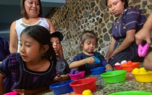 En San Antonio Palopó, Sololá, madres replican temas de primera infancia y estimulación oportuna