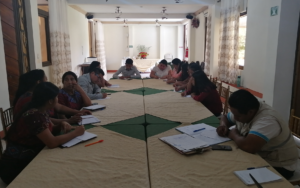 Miembros de la organización juvenil Molaj Naoj participan en reunión con autoridades locales, en San Marcos La Laguna, Sololá
