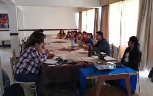 Miembros de la organización juvenil Molaj Naoj, participan en reunión con autoridades locales, en Santa Catarina Palopó, Sololá