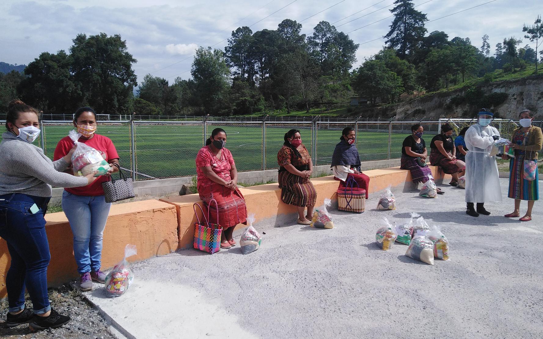 PAMI entrega bolsas de alimentos a madres guías y comunitarias de San Andrés Semetabaj, Sololá