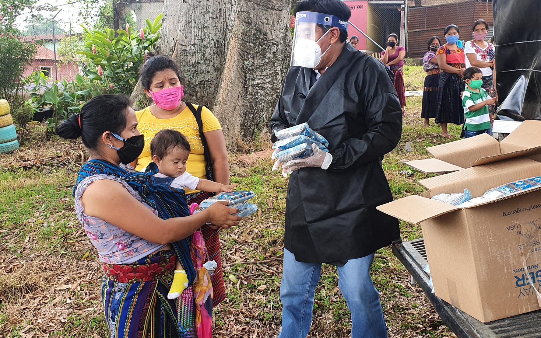 PAMI entrega bolsas de arroz fortificado a familias de aldeas de Santa Catarina Ixtahuacán, Sololá