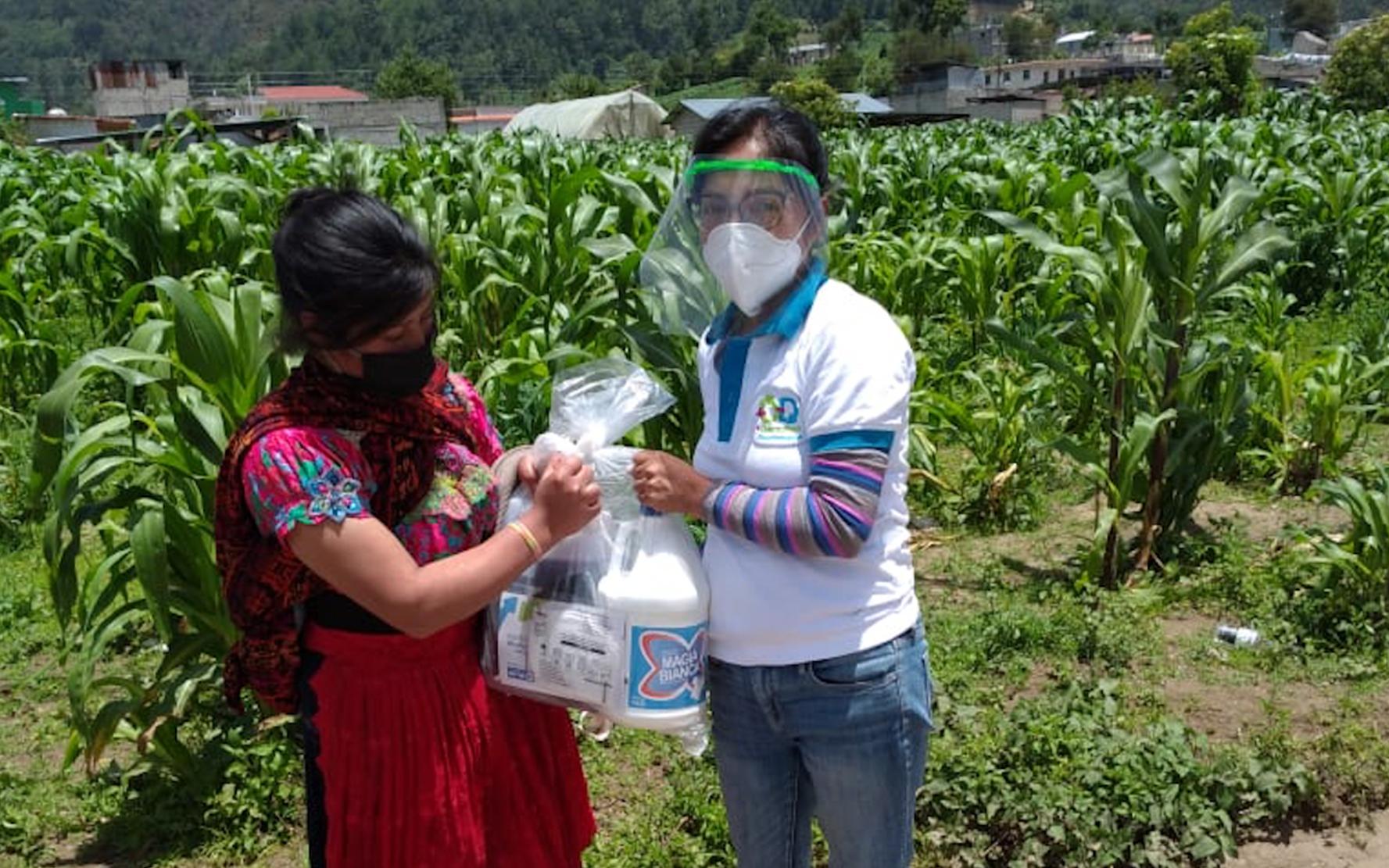PAMI favorece a adolescentes y jóvenes quetzaltecos con la entrega de kits de higiene y protección