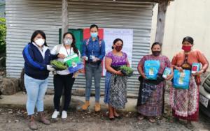 PAMI entrega semillas y pilones para implementar huertos familiares, en Santa Catarina Palopó, Sololá
