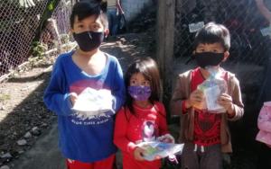 Más de 2500 niñas y niños reciben obsequios el Día del Niño en Santa Catarina Palopó y los caseríos Pacamán y Xepec, Sololá
