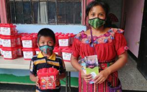 PAMI coordina con SOSEA la entrega de kits lúdicos a niñez de primera infancia, en Panajachel, Sololá