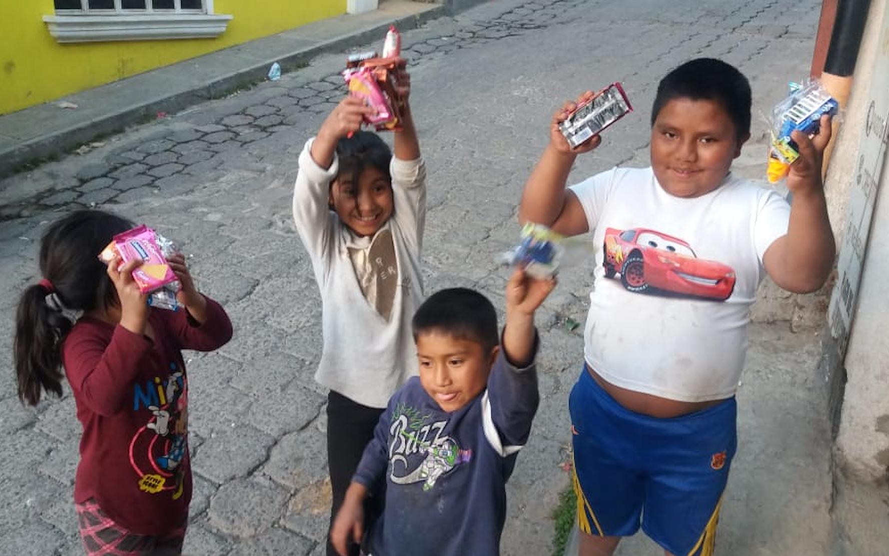 Niños y adolescentes de la Red Niv Nauc, entregan regalos a niñez de escasos recursos en Nahualá, Sololá