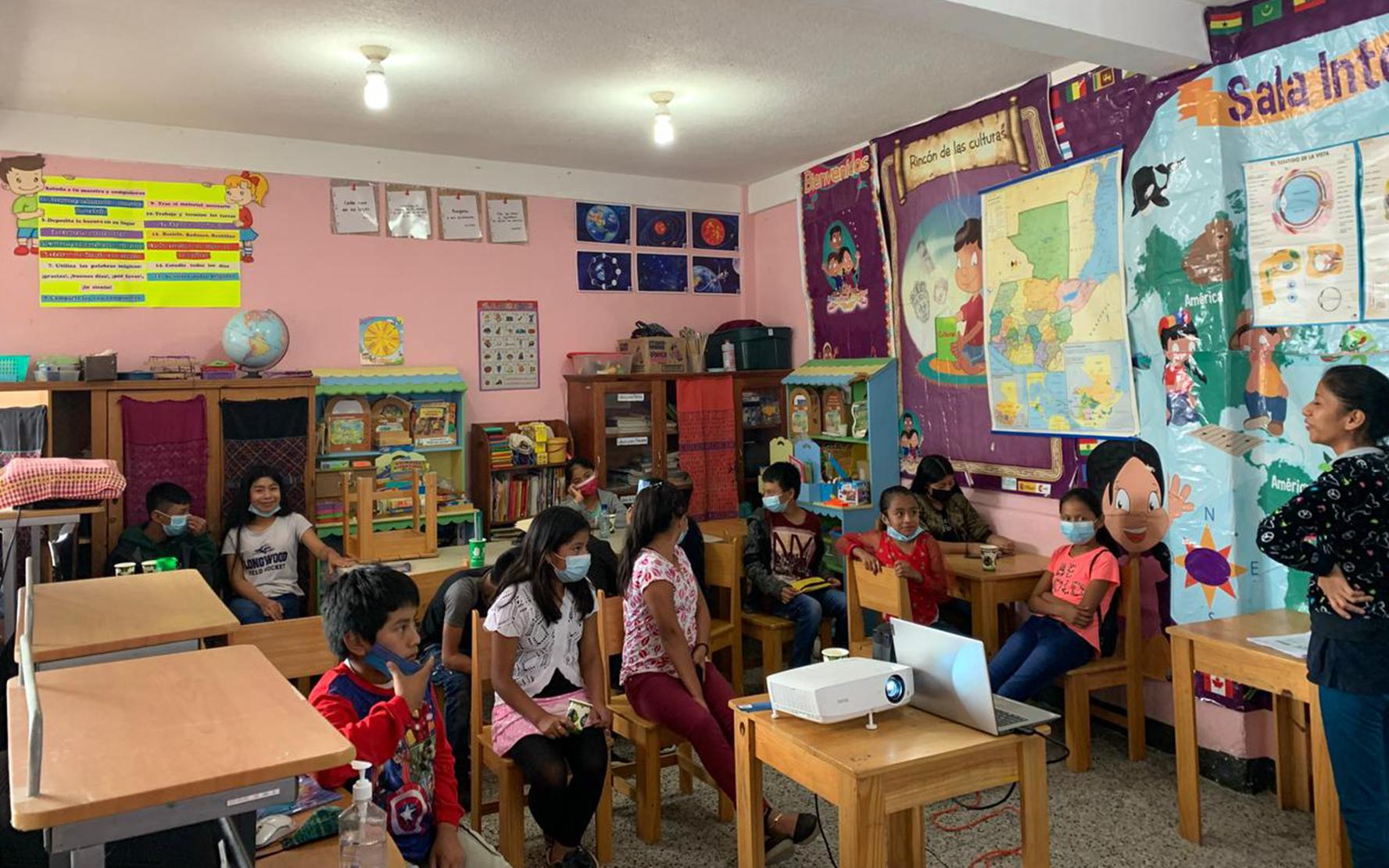 Niñas y niños de primaria participan en taller sobre la Convención sobre los Derechos del Niño, en Panajachel, Sololá