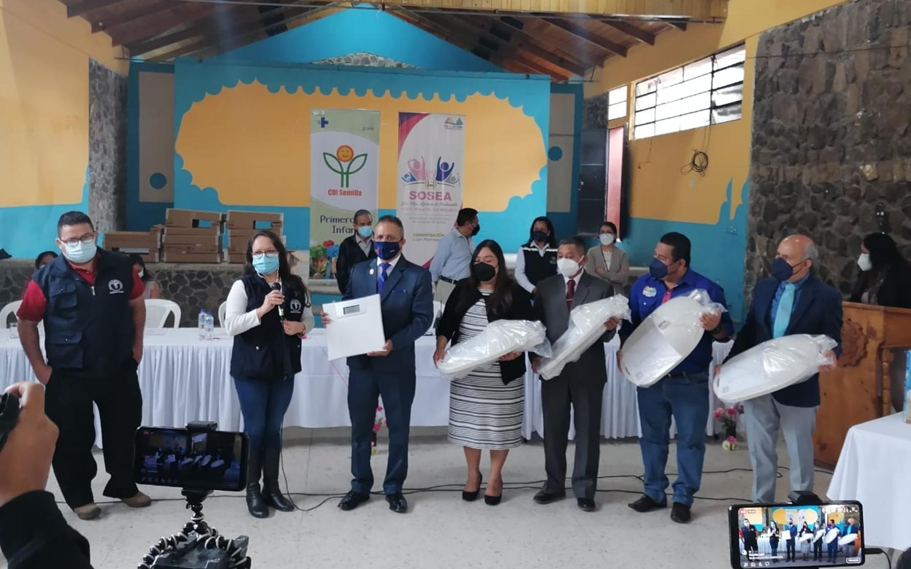 PAMI acompaña entrega de equipo antropométrico donado por la municipalidad al Centro de Atención Permanente de Panajachel, Sololá